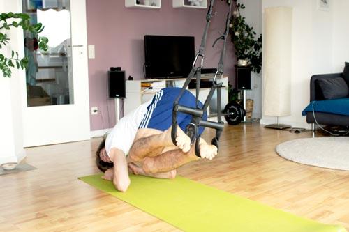 Sling Trainer Übungen Recrunch Beine über Seite nach vorne