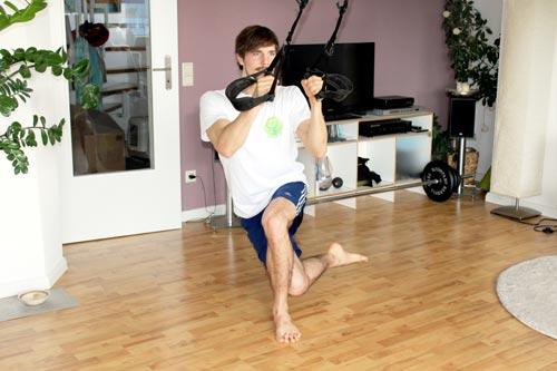 Sling Trainer Übungen - Einbeinige Kniebeuge mit überkreuzen