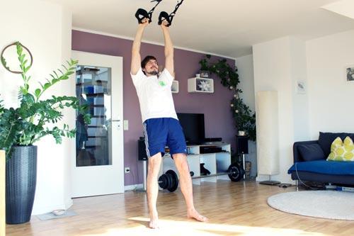Sling Trainer Übungen frontheben
