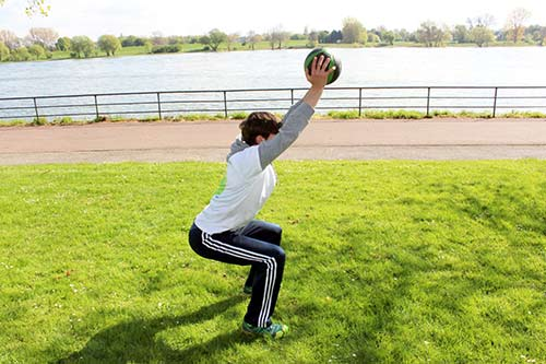 Medizinball Workout - Übung Kniebeuge + Frontheben