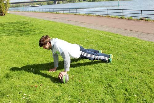 Medizinball Workout - Übung Liegestütz weit + Medizinball hin und her