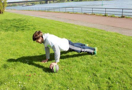 Liegestuetze weit Medizinball Workout