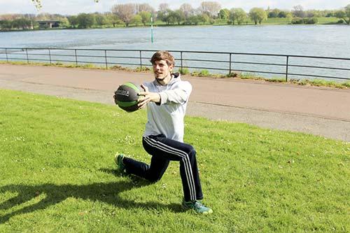 Medizinball Workout - Übung Rotary Lunge