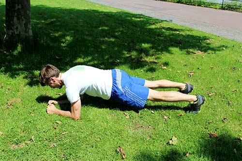 Bodyweight Übungen inch-worm-to-plank-2