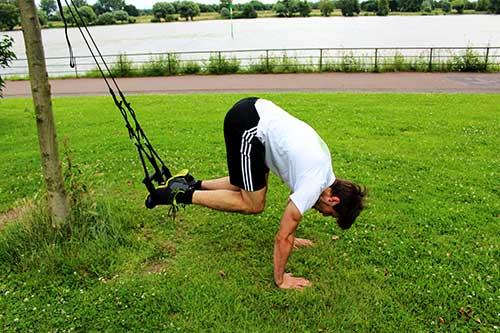 Bauchmuskeln trainieren mit Sling Trainer - Recrunch mit Liegestütz - Push up Position