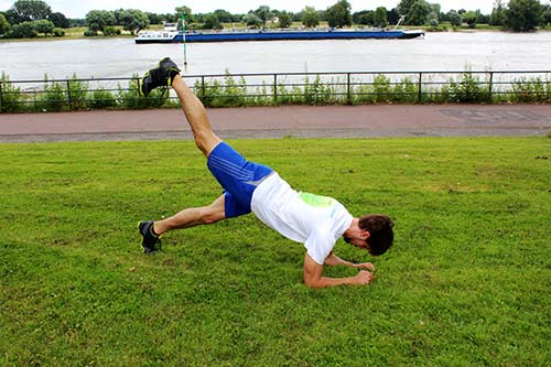 Unterarmstütz - Planke-Bein-anheben-im-Wechsel