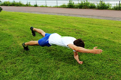 Unterarmstütz-Planke-Diagonal-Arm-und-Bein-heben