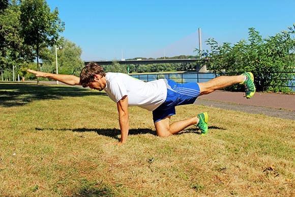 Übungen bei akuten Rückenschmerzen - Übungen bei Rückenbeschwerden - Diagonales Arm und Bein anheben aus dem Vierfüßlerstand