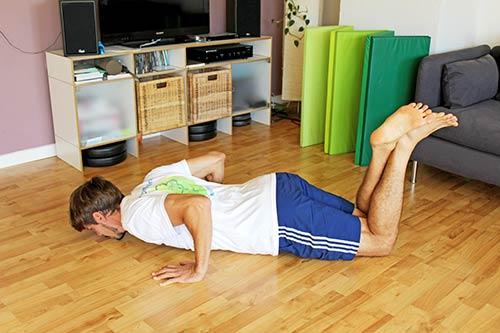 Trainingsplan für unterwegs - Push ups - Liegestuetze mit Knie aufsetzen - Liegestütze für Einsteiger