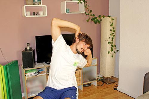 Nackenübung bei Nackenverspannungen - BWS Rotation + Seitwärtsneigung