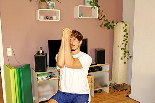 Nackenübung bei Nackenverspannungen - Ellenbogen gegeneinander drücken