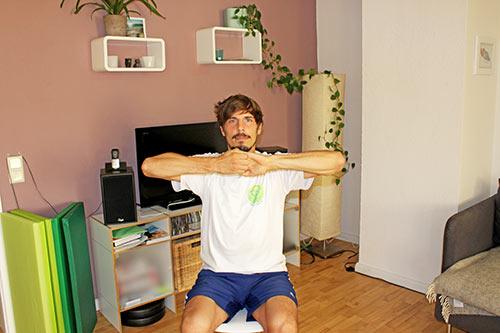 Nackenübung bei Nackenverspannungen - Hände verankern und ziehen