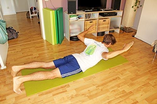 Nackenübung bei Nackenverspannungen U-V-W-T im Liegen mit Armen formen