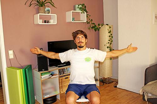 Nackenübung bei Nackenverspannungen U-V-W-T im Sitzen mit Armen formen