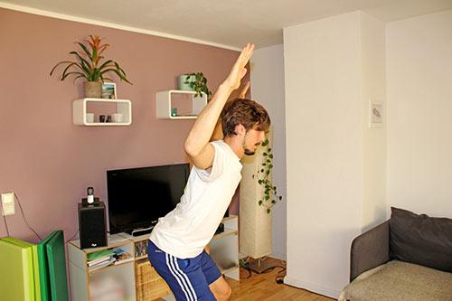 Nackenübung bei Nackenverspannungen U-V-W-T im Stehen mit Armen formen