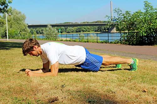 Übungen bei Rückenbeschwerden - Unterarmstütz - Planke