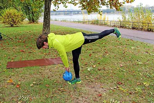 Meine besten Übungen für einen starken Rücken und Nacken - Einbeiniges Kreuzheben mit einer Kettlebell