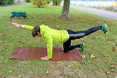 Übungen nach Bandscheibenvorfall - diagonal Arm Bein anheben