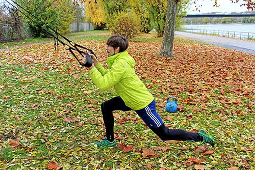 Unteren Rücken trainieren - Einbeinige Kniebeugen mit Sling Trainer