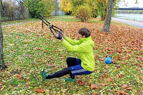 Einbeinige Übungen: Einbeinige Kniebeuge mit einem Sling Trainer
