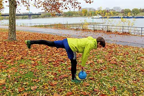 Unteren Rücken trainieren - Einbeiniges Kreuzheben mit einer Kettlebell