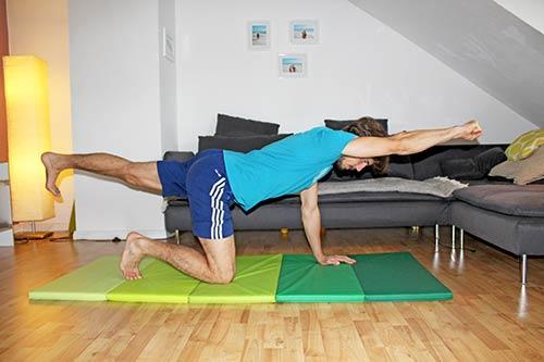 Rückenübungen für zuhause ohne Geräte - Vierfüßlerstand diagonal Arm und Bein anheben