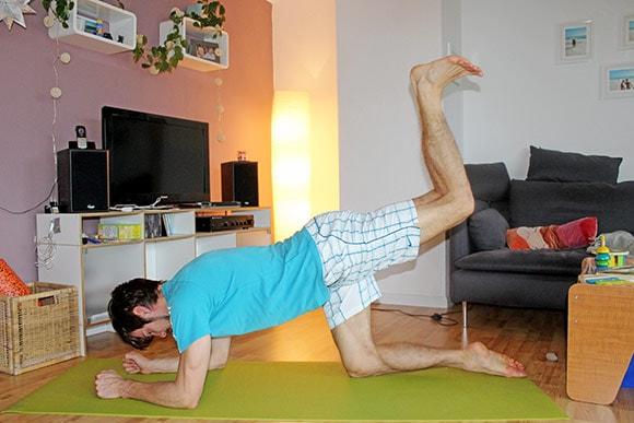 Übungen bei Ischiasschmerzen - Beinrückheben im Unterarmstütz