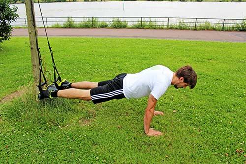 Meine besten Übungen für einen starken Rücken und Nacken - Reverse Crunch mit einem Sling Trainer - Startposition