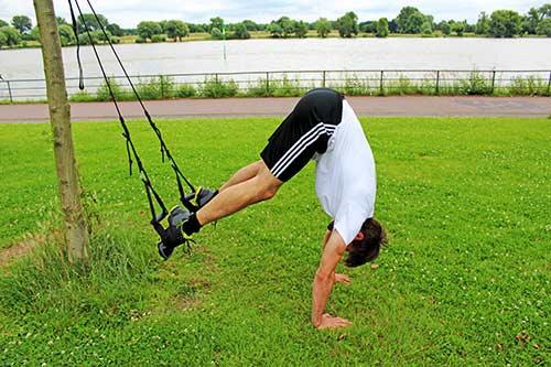 Meine besten Übungen für einen starken Rücken und Nacken - Reverse Crunch mit einem Sling Trainer - Endposition
