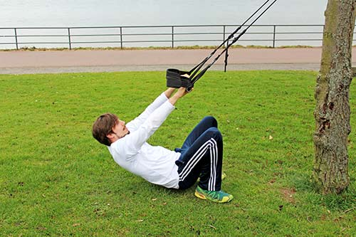 Meine besten Übungen für einen starken Rücken und Nacken - Weites und enges Rudern aus der Hocke mit einem Sling Trainer
