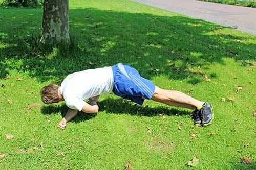 Meine besten Übungen für einen starken Rücken und Nacken - Seitlicher Unterarmstütz mit Drehung