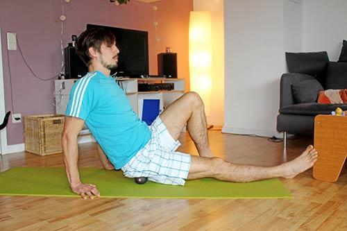 Hilfe bei Ischiasschmerzen - Selbstmassage mit einem Blackroll Ball