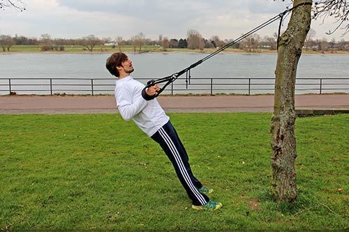 Meine besten Übungen für einen starken Rücken und Nacken - Enges Rudern mit einem Sling Trainer