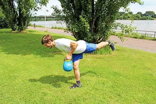 Meine besten Übungen für einen starken Rücken und Nacken - Single Leg Row mit einer Kettlebell