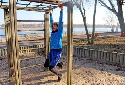Die besten Übungen für einen starken Rücken? Klimmzüge, Kreuzheben, Liegestütze, Kniebeugen, Unterarmstütz