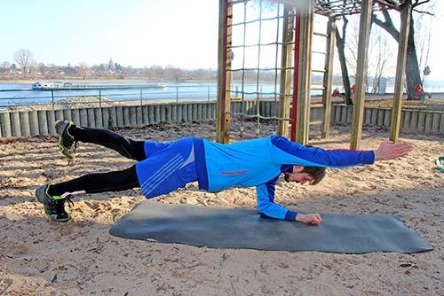 Unterarmstütz - Planke mit diagonalem Arm und Bein anheben